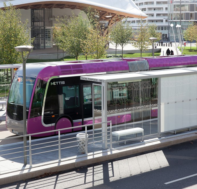 Metz and bus - Photograph by Yann Monel